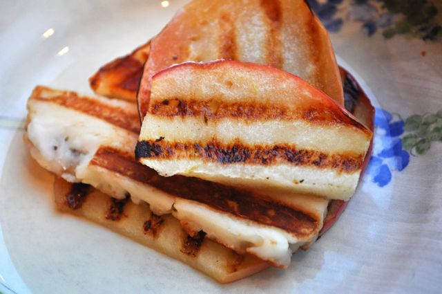 grilled apples and haloumi cheese